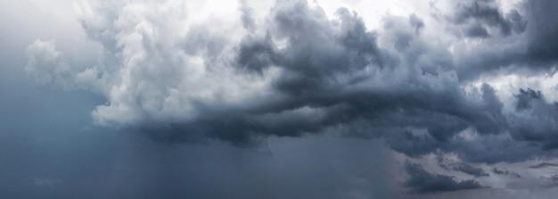 Céu tempestuoso com nuvens cinzentas antes da chuva.