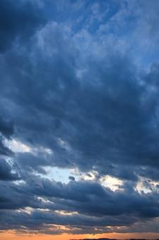 Céu tempestuoso com nuvens de tempestade no pôr do sol com um lindo sol