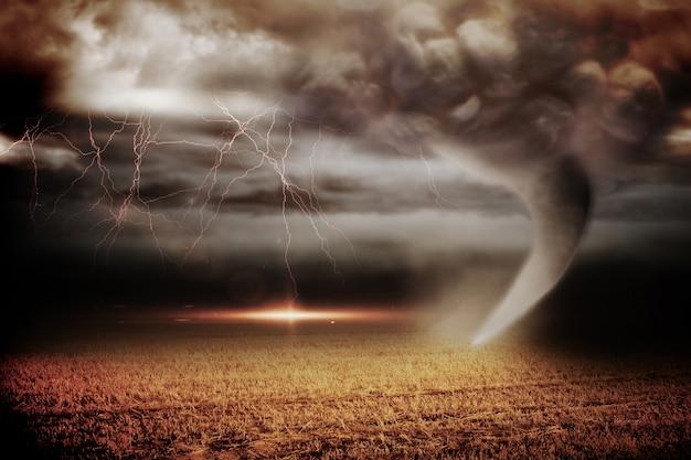 Céu tormentoso com tornado sobre o campo