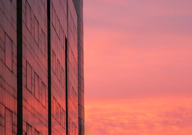 Céu vermelho colorido refletido nas janelas do edifício
