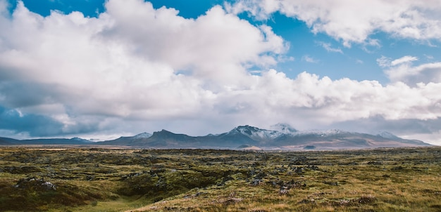 Céus azuis bonitos e coloridos com nuvens e montanhas no fundo.