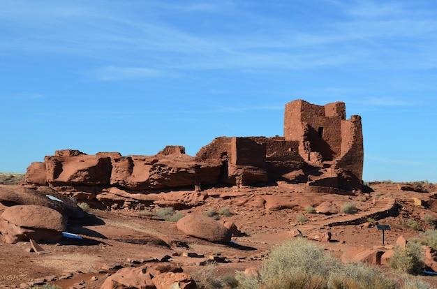Céus azuis por trás das ruínas de uma aldeia histórica de pueblo.