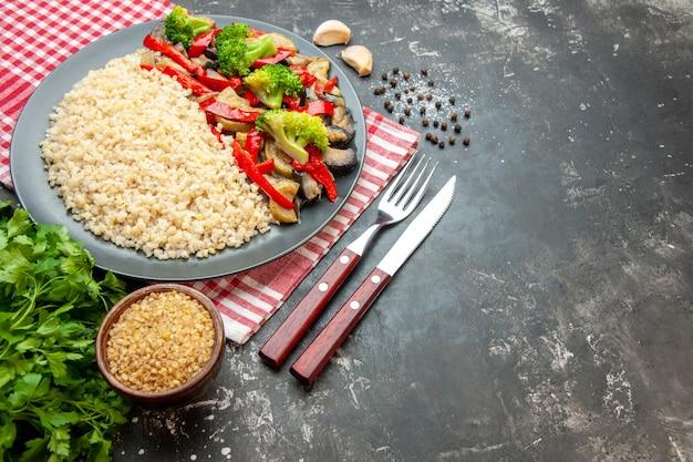 Cevada perolada com vegetais cozidos saborosos