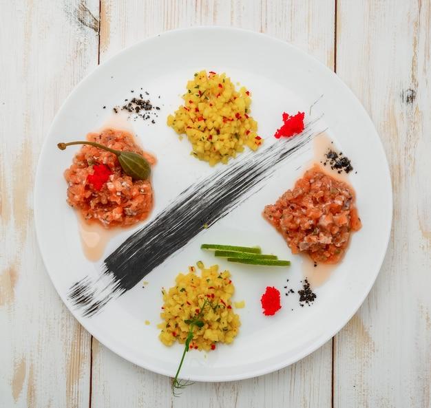 Ceviche. ceviche de três camarões coloridos com manga, abacate e tomate.