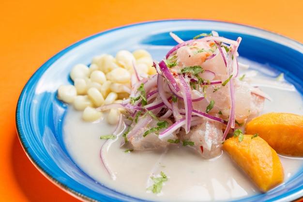 Ceviche de frutos do mar closeup, prato típico do peru