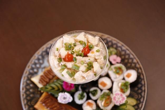 Ceviche de peixe com comida japonesa
