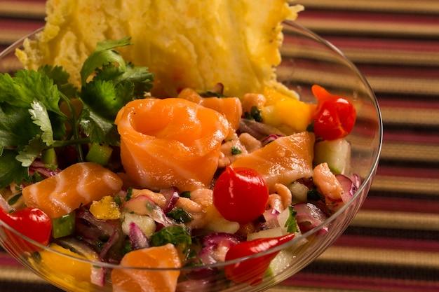 Ceviche de peixe misto com salmão, cebola e pimenta
