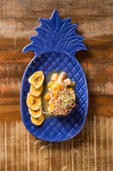 Ceviche de tilápia com crocante de banana moída