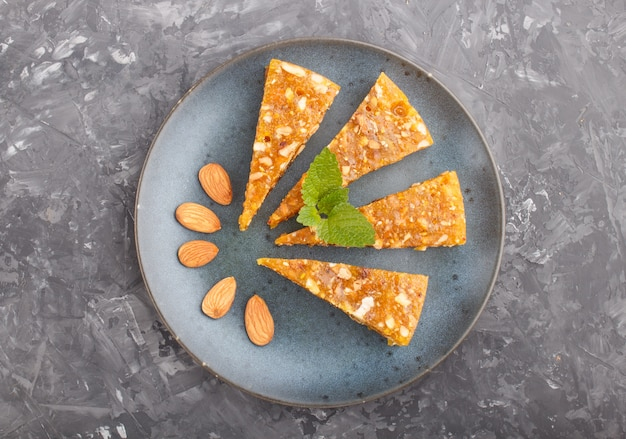 Cezerye turco tradicional doce feito de melão caramelizado, nozes torradas, avelãs, pistache