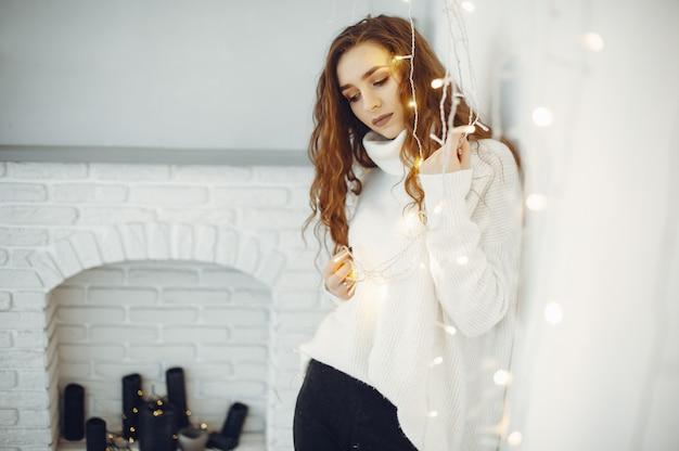 Cgirl bonito em casa com uma camisola quente