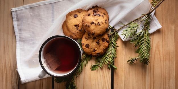 Chá aéreo com biscoitos e teixo