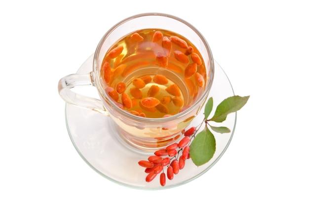 Chá antioxidante fresco de goji isolado no branco