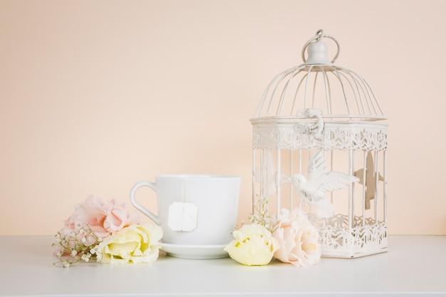 Chá ao lado de decorações elegantes