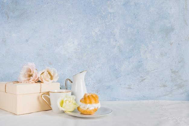 Chá ao lado de sobremesa studio shot