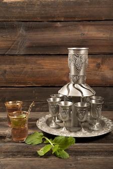 Chá árabe em copos com copos