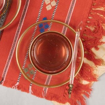 Chá árabe em vidro na mesa