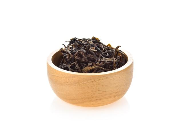 Chá assam seco isolado no branco