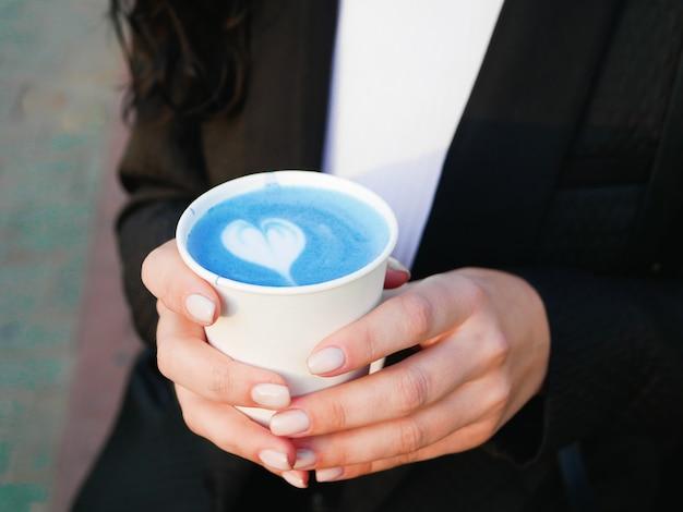 Chá azul matcha. chá azul matcha. vista lateral do chá matcha azul. bebendo em um lugar.