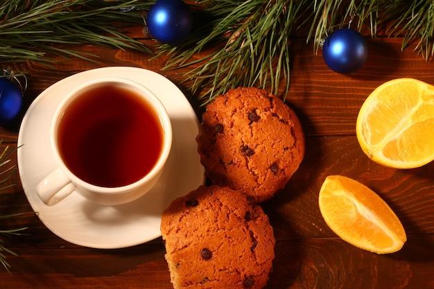 Chá, biscoitos e laranjas de ano novo