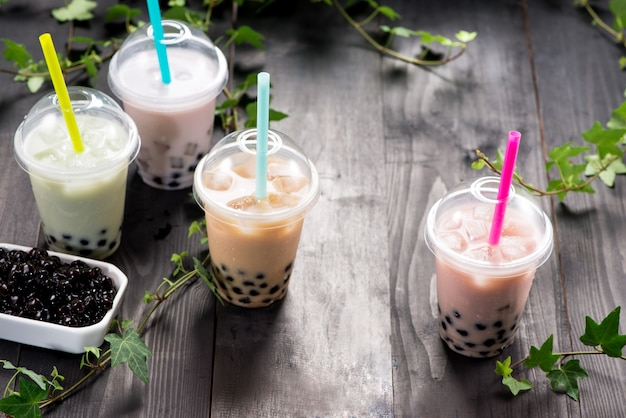 Chá bolha com leite com pérolas de tapioca em copo plástico