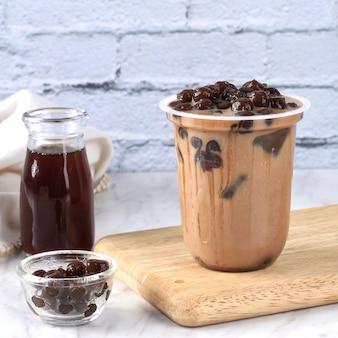 Chá caseiro de leite com bolhas de tapioca e pérolas de tapioca