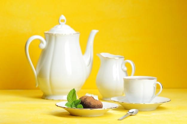 Chá, chá e doces com folhas de hortelã