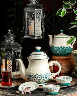 Chá chá preto com manjar turco flores secas e bule na bandeja