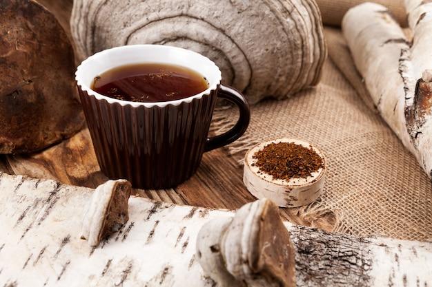Chá chaga - bebida saudável e natural, antioxidante. preparado com cogumelo de vidoeiro seco.