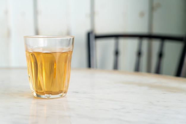 Chá chinês quente em copo na mesa
