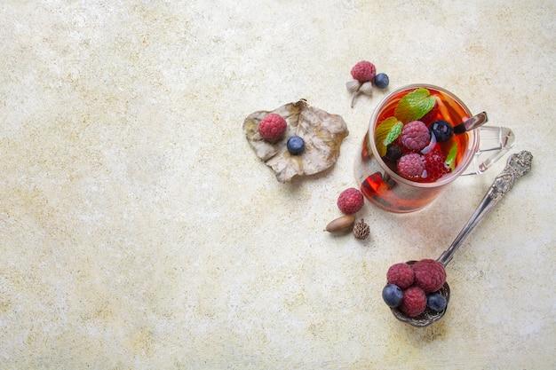 Chá com berry e colher de prata