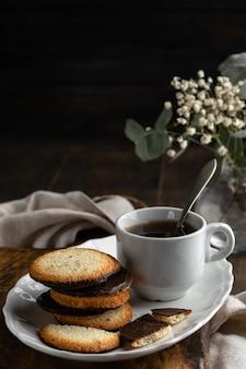 Chá com biscoitos no fundo de madeira e espaço para texto. vertical.