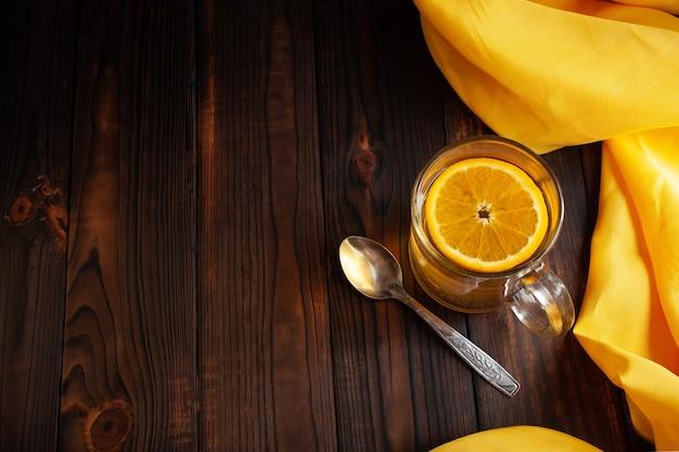 Chá com colher de metal laranja pano amarelo