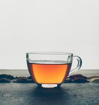 Chá com ervas secas. vista lateral.