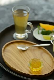 Chá com espinheiro mar em vidro e mel. pode ser usado como pano de fundo