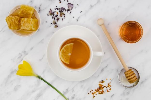 Chá com favo de mel e mel