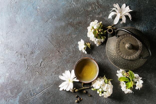 Chá com flores da primavera