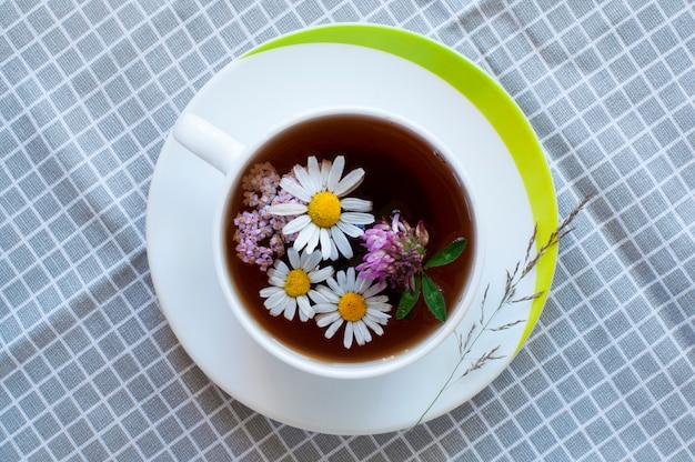 Chá com flores na xícara