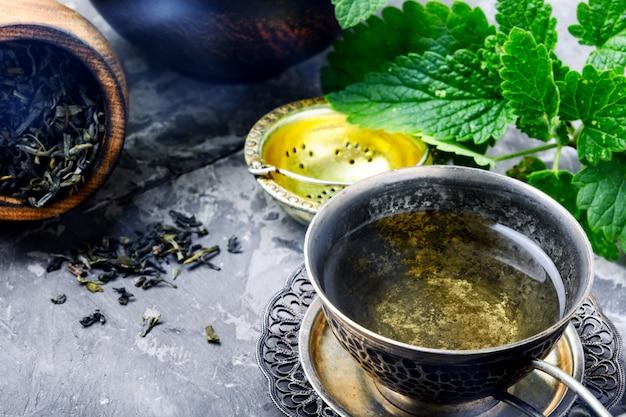 Chá com folhas frescas de melissa verde