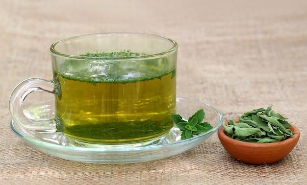 Chá com folhas verdes e estragadas de stevia