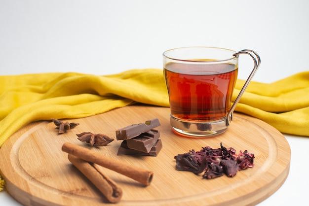 Chá com geléia e chocolate no café da manhã