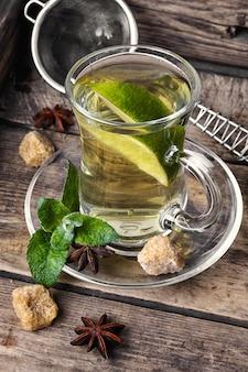 Chá com hortelã e limão