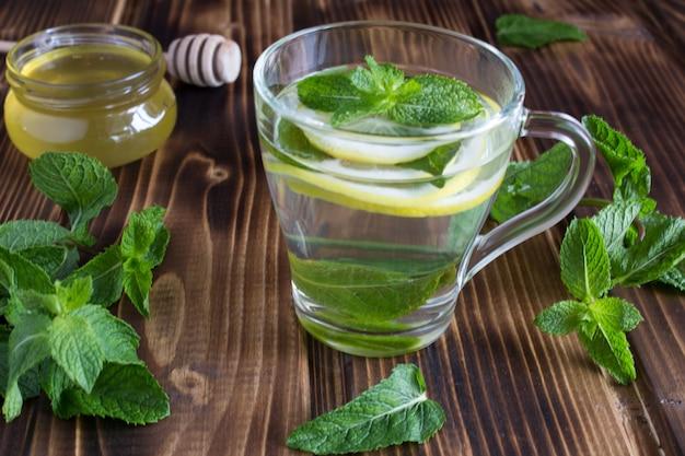 Chá com hortelã, limão e mel na madeira
