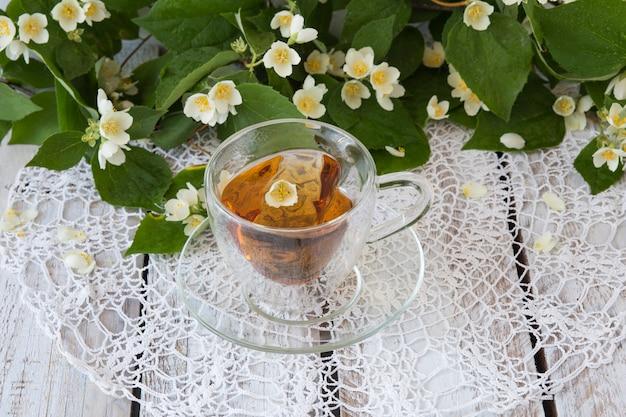 Chá com jasmim em uma mesa de madeira branca