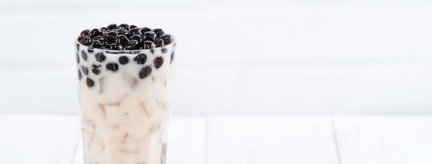 Chá com leite bolha com cobertura de pérola de tapioca, famosa bebida taiwanesa