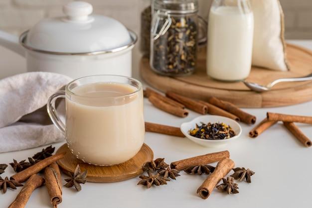 Chá com leite e canela
