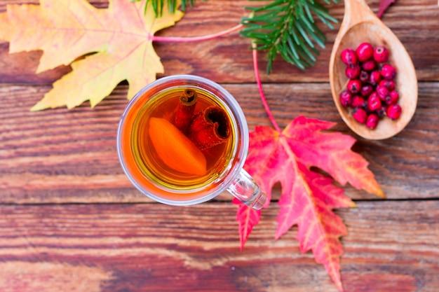 Chá com limão e canela, folhas vermelhas de outono de bordo