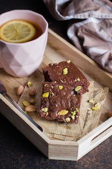 Chá com limão e folha de hortelã com brownie de biscoito caseiro com pistache no café da manhã