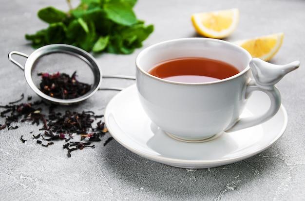 Chá com limão e menta