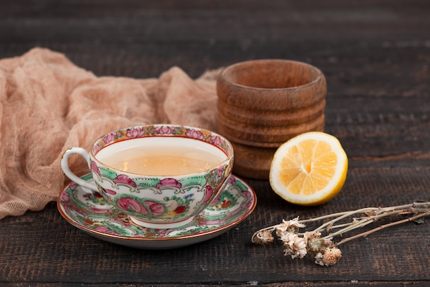 Chá com limão e prímulas em cima da mesa