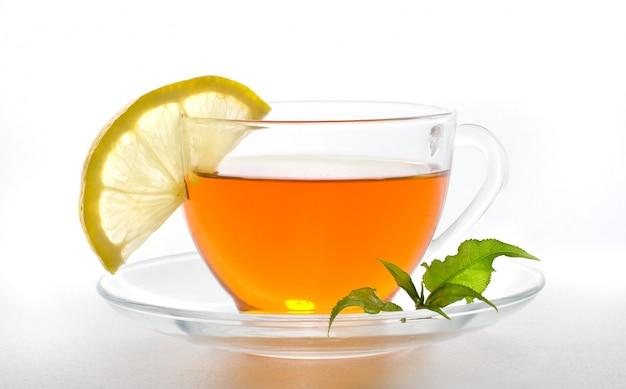 Chá com limão em um fundo branco